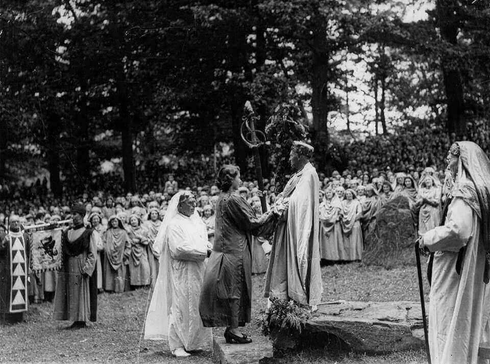 20130529115507_queen-elizabeth-then-a-young-princess-being-initiated-into-the-bards-of-the-ancient-order-of-druids-1946